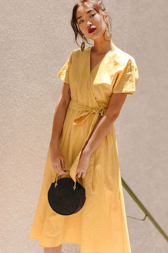 COLLEEN WRAP MIDI IN YELLOW