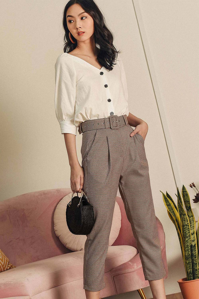 HOUNDSTOOTH BELTED PANTS IN CREAM