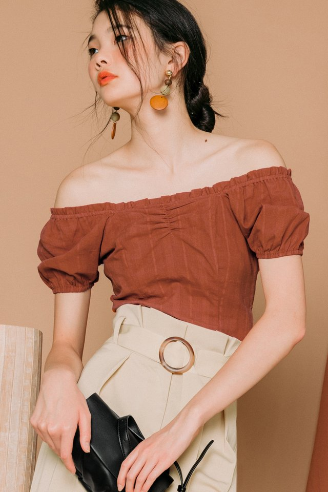 JADEN OFF SHOULDER TOP IN RUST