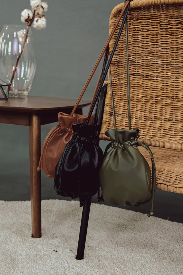 OTHELLO DRAWSTRING SLING IN BLACK