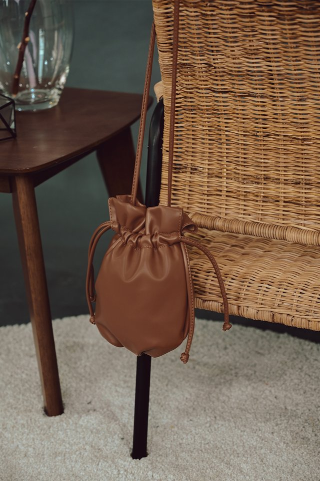 OTHELLO DRAWSTRING SLING IN BROWN