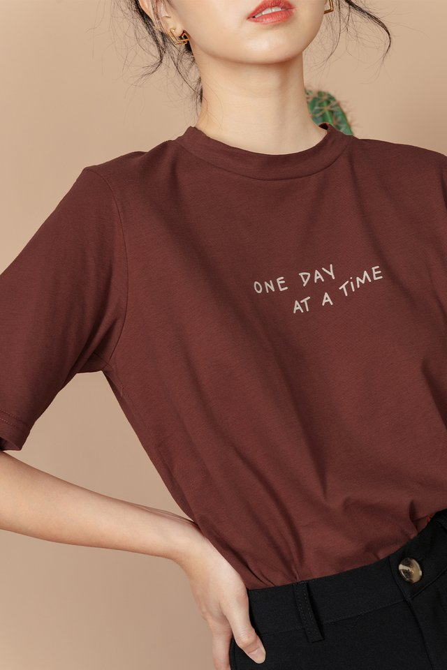 ONE DAY AT A TIME TEE IN MARSALA