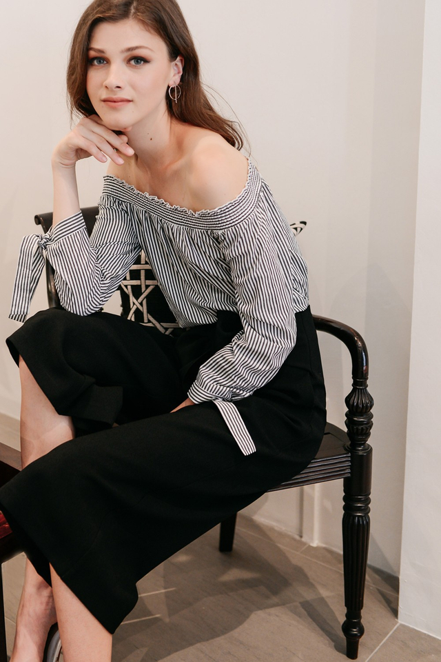 ZIA STRIPED OFF SHOULDER IN GREY