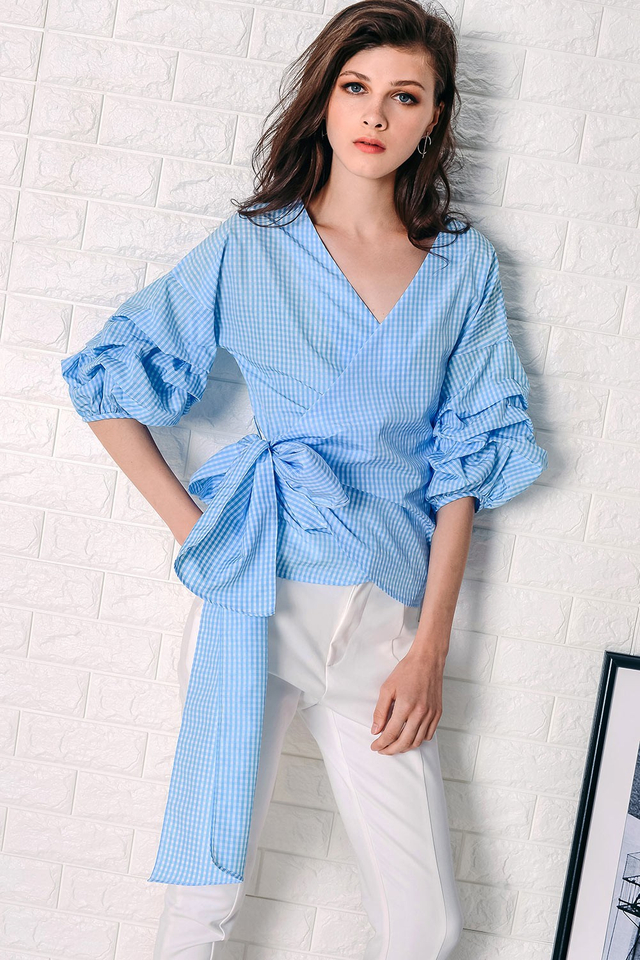 GINGHAM RUCHED SLEEVE TOP IN BLUE