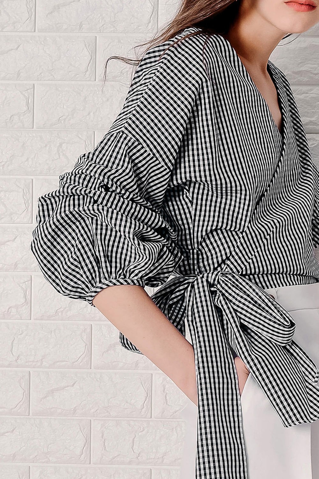 GINGHAM RUCHED SLEEVE TOP IN BLACK