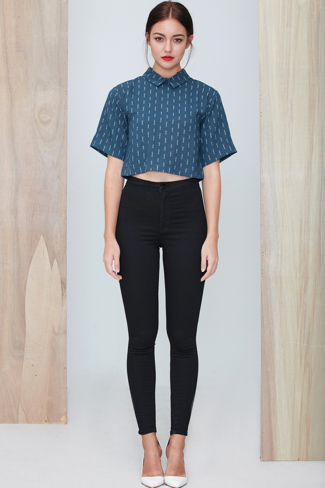 *BRIDGE* Arrow Cropped Shirt in Teal Blue